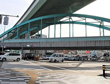 六番町駅の中心地、国道一号線と江川線の交差点に【緑色の鉄橋】が架かっています。